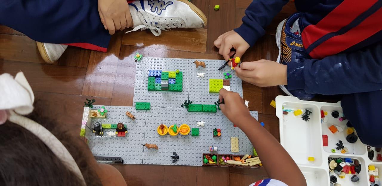 Alunos do 2º ano B aprendem sobre partes da casa durante Programa de Educação Bilíngue