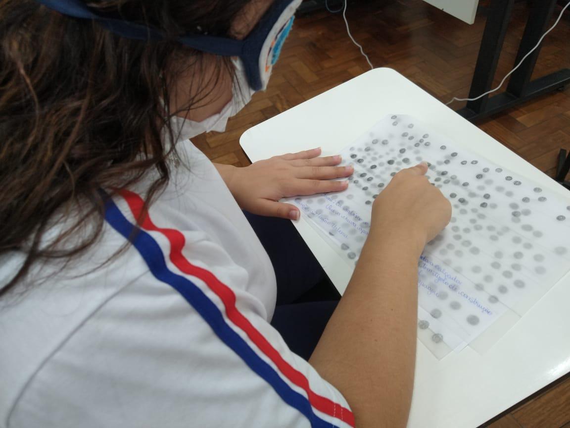 Jovens da 1ª série do Ensino Médio aprendem sobre o sistema Braile durante atividade prática