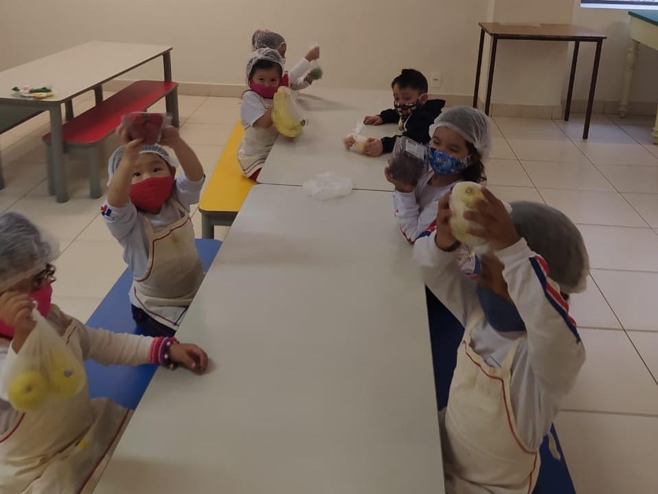 Infantil 1 aprende sobre a importância das frutas em atividade prática