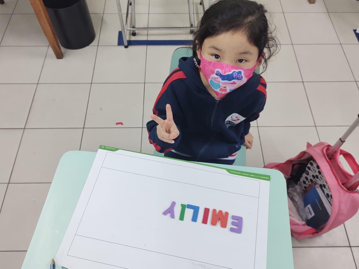 Crianças do 1º ano realizam atividade lúdica no processo de alfabetização