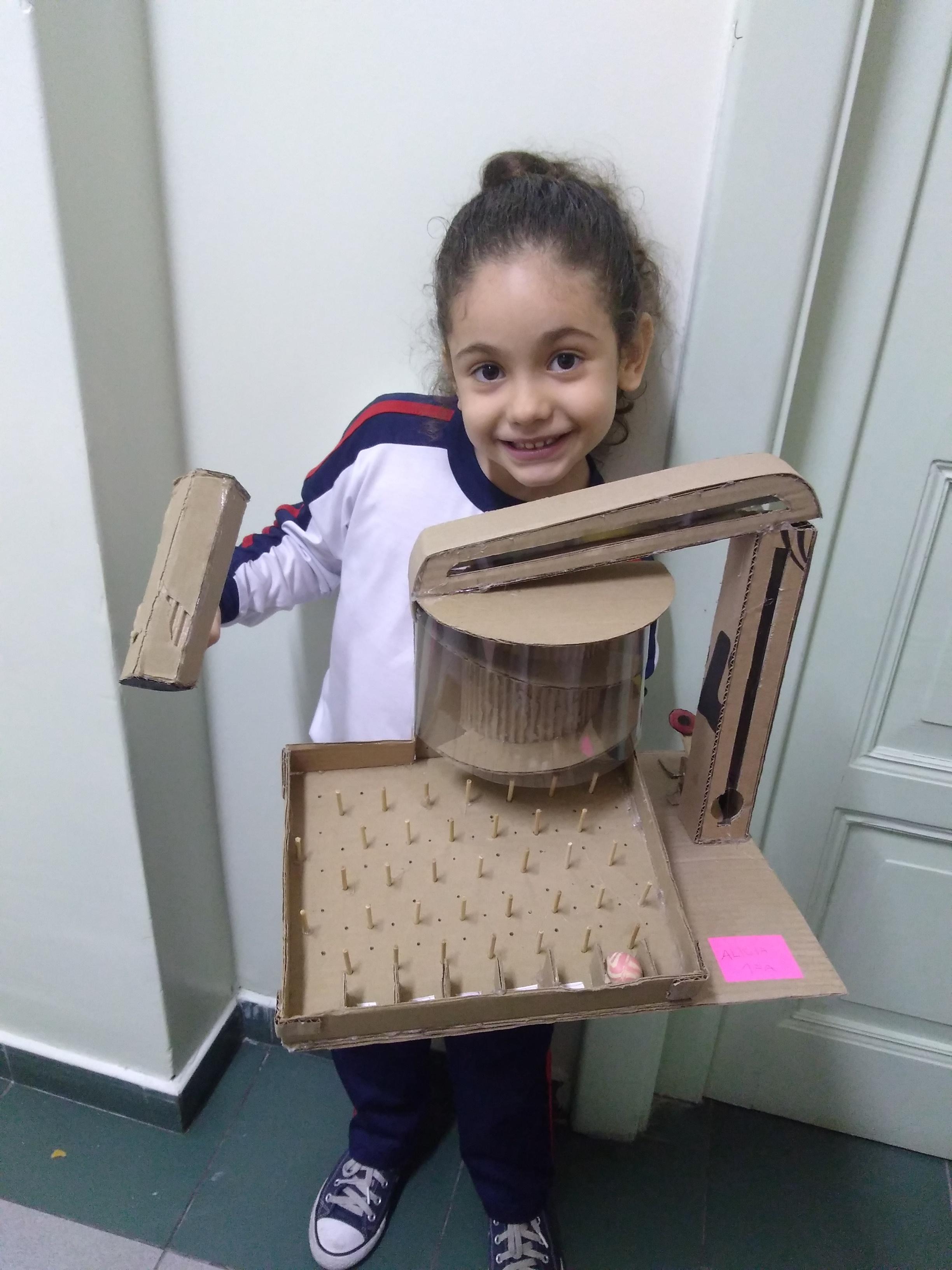 1º ano do Ensino Fundamental realiza atividade com material reciclável
