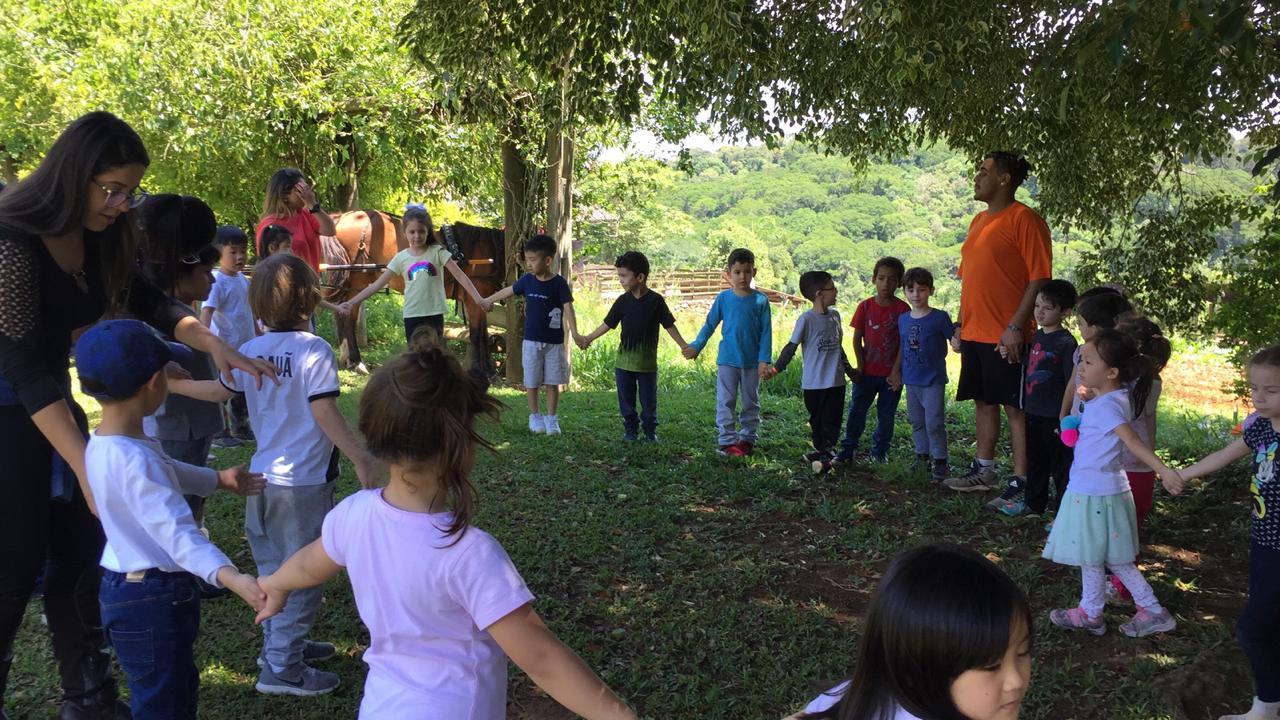 Turmas do Infantil III e 1ºs anos visitam a Fazenda Mãe Terra